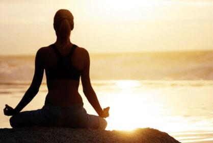 Kobieta medytuje na plaży